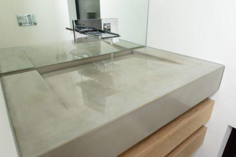 Сочетание бетона, стекла и натуральной древесины визуально облегчает конструкцию раковины