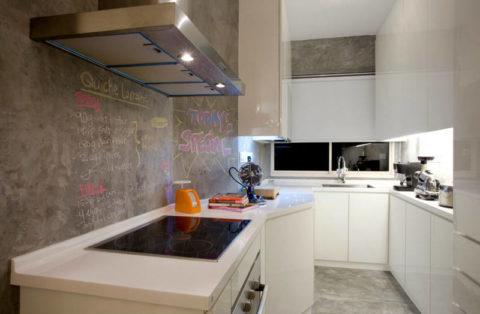Сочетание глянцевых белых фасадов и бетона