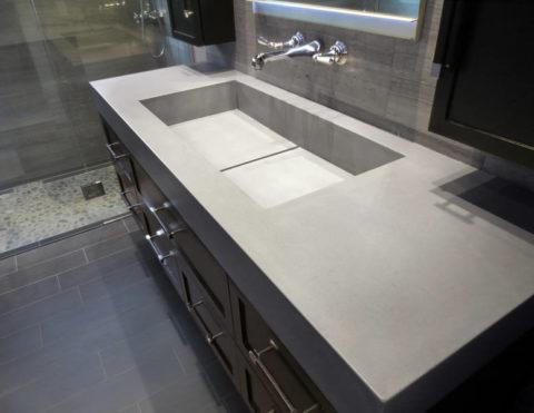 Современная ванная комната с раковиной из бетона