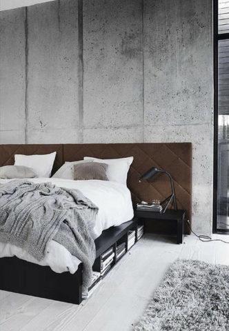 Теплые фактуры в бетонном интерьере спальни