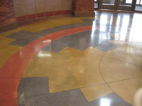 Цветной бетон в холле общественного здания