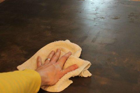 Удаление излишков закреплющей жидкости с бетонной поверхности