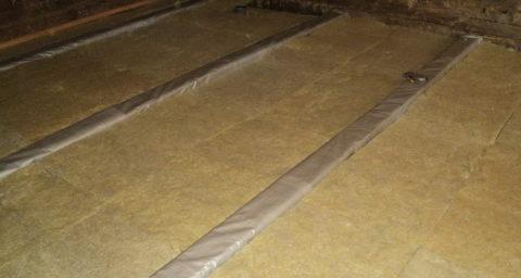 Укладка материала утеплителя между лаг должна быть плотной