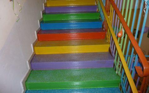 В первый год, после постройки дома, лестницы лучше покрасить