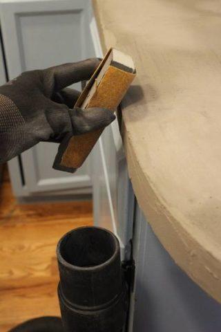 Влажная поверхность бетоннойповерхности столешницы на стадии высыхания