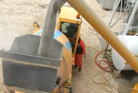 Загрузка бетономешалки цементом