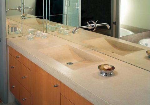 Зеркальные плоскости зрительно увеличивают пространство и облегчают бетонную конструкцию раковины