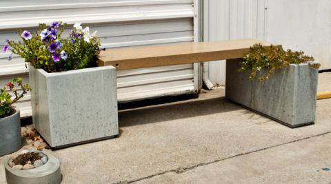 Бетонный цветник может одновременно служить опорой для садовой скамейки