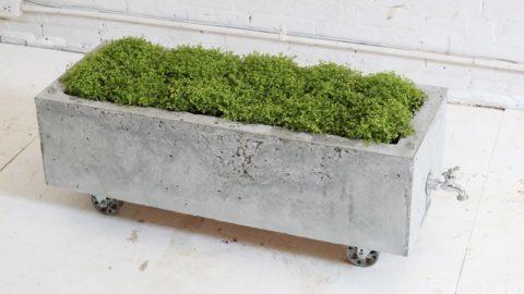 Чтобы вазон из бетона можно было легко передвигать, его оснащают колесиками