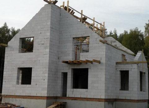 Двух этажный дом с проёмами для окон и дверей