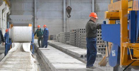 Этап снятия плит пустотных безопалубочных, произведенных по современной технологии
