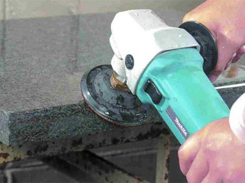 Финишный этап обработки искусственного камня: шлифовка и полировка поверхности