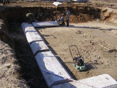 Фундаментные плиты: монтаж на утрамбованную песчаную подушку