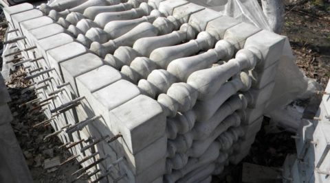 Готовые балясины, видны необработанные швы от стыка половинок формы