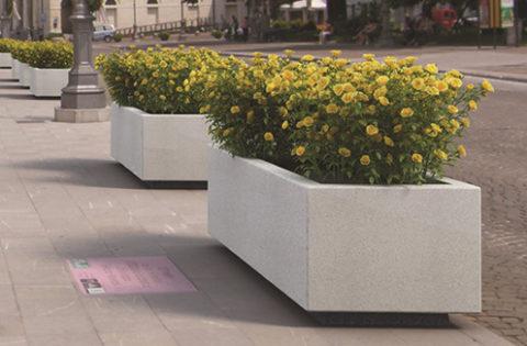Клумба из бетона служит отличным разделителем проезжей части и пешеходной зоны