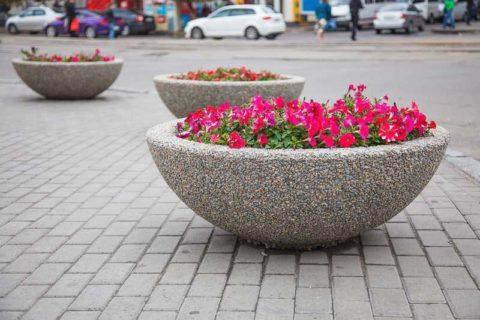 Клумбы из бетона - наиболее экономичный и практичный способ благоустройства территории