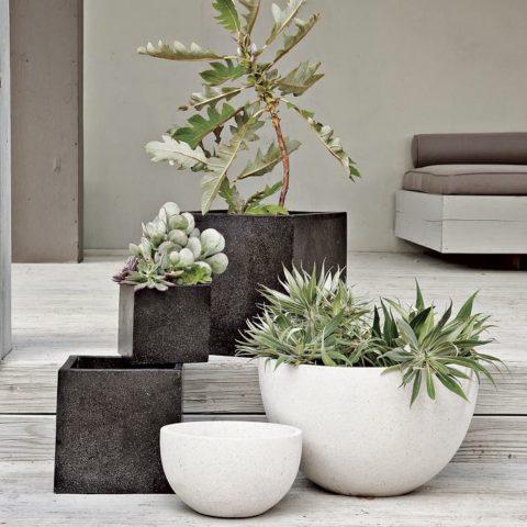 Композиция из бетонных ваз разного размера и формы