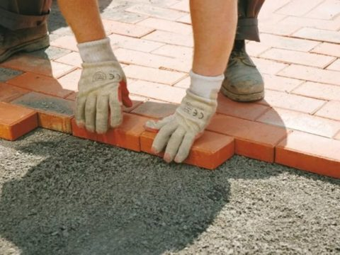 Монтаж брусчатки на цементно-песчаную подушку