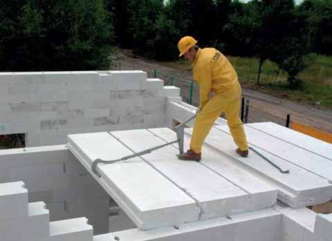 Монтаж плит из легкого бетона