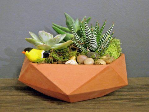 Окрашенная интерьерная бетонная вазочка