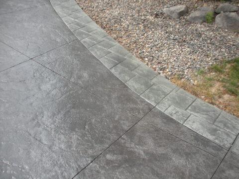 Основные плиты на дорожке из неокрашенного бетона