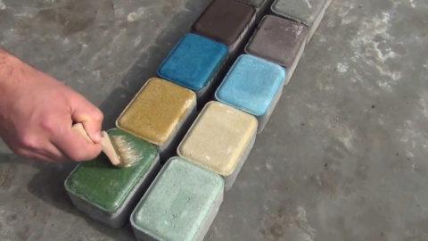 Покраска бетонных кирпичиков