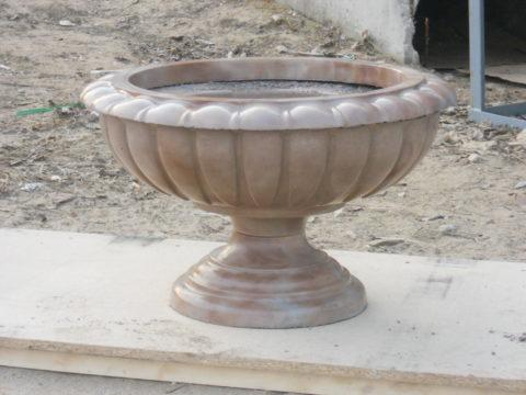 При изготовлении этого вазона краситель был добавлен в бетонную смесь