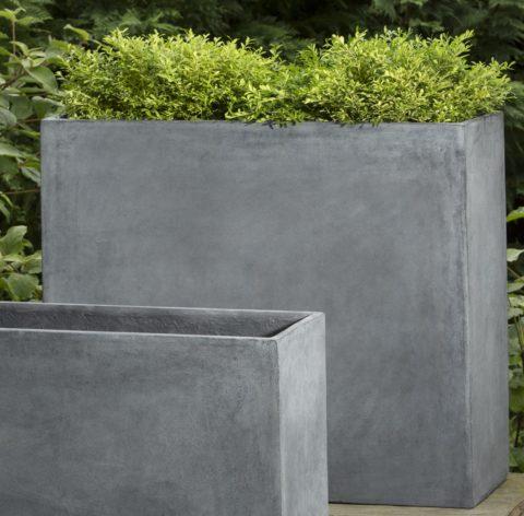 При помощи крупного бетонного вазона можно зонировать пространство садового участка