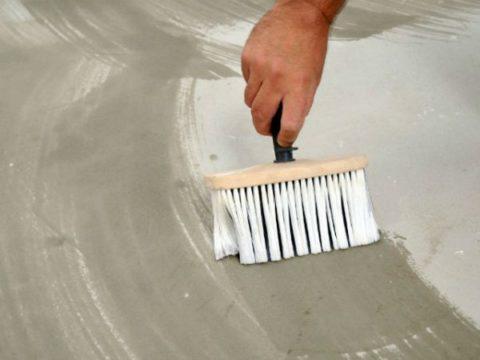 Самодельную грунтовку из ПВА клея следует наносить на бетон тонким слоем