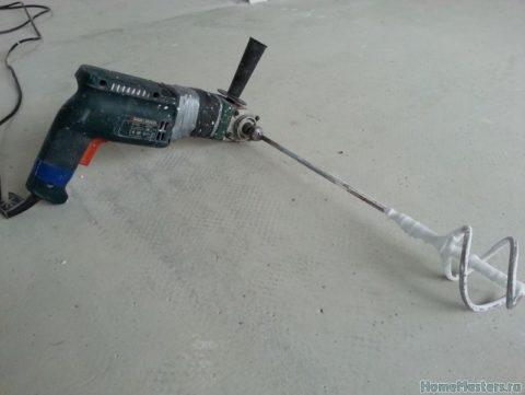 Смешивать раствор можно при помощи мощного строительного перфоратора с использованием специальной насадки