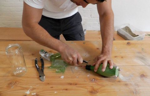 Срезаем пластик при помощи острого ножа