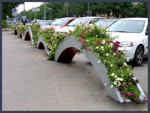 Стационарные бетонные клумбы часто используются в городском оформлении