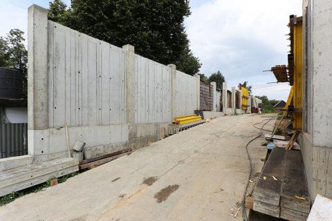 Строящийся забор бетонный монолитный