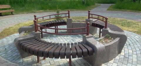 Уличные скамейки из бетона с вазонами