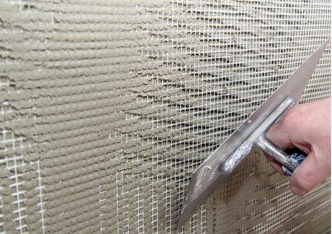 Утапливание и выглаживание сетки широким шпателем