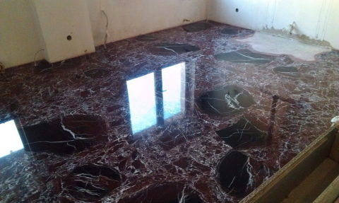 Визуально отличить искусственный камень от натурального сложно даже профессионалу: на фото пол из мраморной бетонной плитки