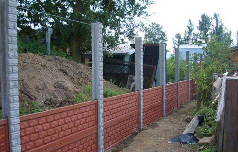 Железобетонные элементы оград монтируются сверху