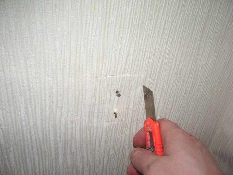 Аккуратно вырезать отверстие можно при помощи острого канцелярского ножа