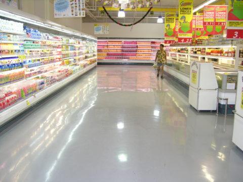 Бетонный пол в супермаркете, покрытый полиуретановым лаком