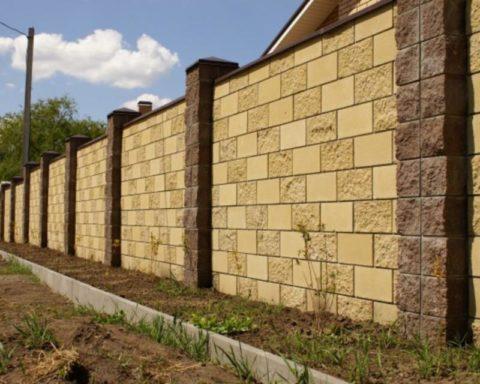 Блочный забор для дачи бетонный