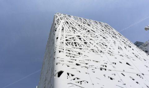 Часть бетонного фасада
