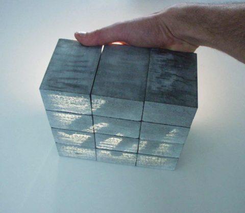 Чтобы в бетонном блоке заиграл свет, рабочие поверхности необходимо отшлифовать