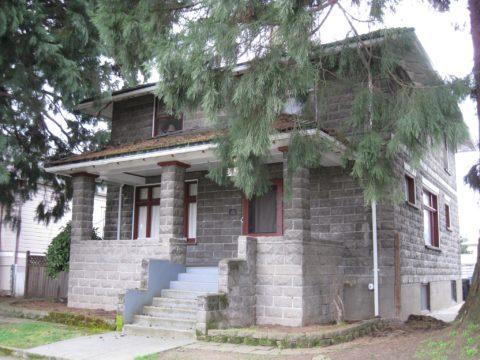 Дом из пеноблоков, облицованный бетонными фасадными плитками