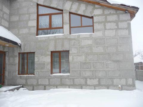 Дом из полистиролбетонного блока вполне можно возвести зимой