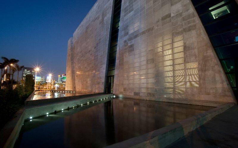 Фасадная стена офисного здания выполненная из светопропускающего бетона