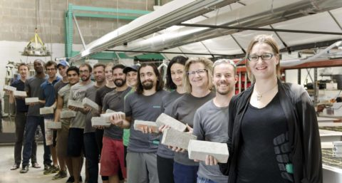 Фото команды разработчиков с образцами самовосстанавливающегося бетона