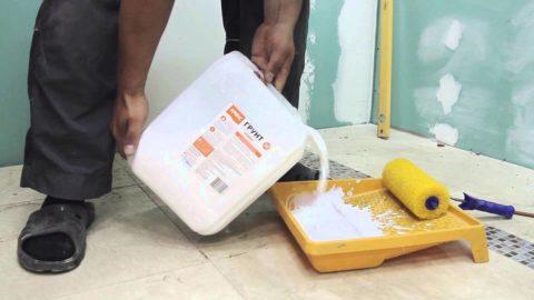 Грунт наносят валиком, поэтому удобно будет использовать малярный лоток