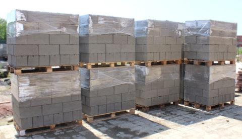 Хранение керамзитоблоков на поддонах