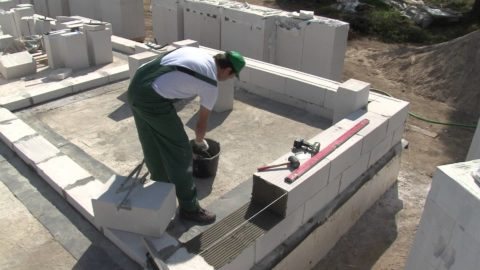 Как укладывать блоки газобетона: второй и следующие ряды