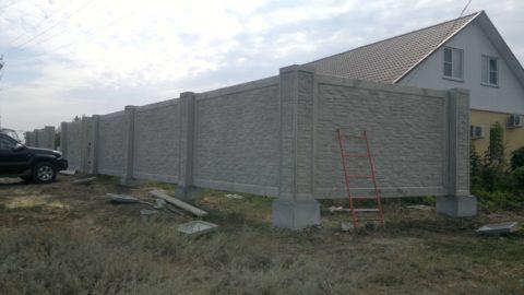 Монолитный бетонный забор на дачу